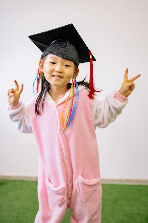 asyalı kız, Barış işareti, başarı içeren Ücretsiz stok fotoğraf
