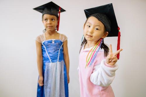 Darmowe zdjęcie z galerii z czapka z dyplomem, dzieci, dziewczyny