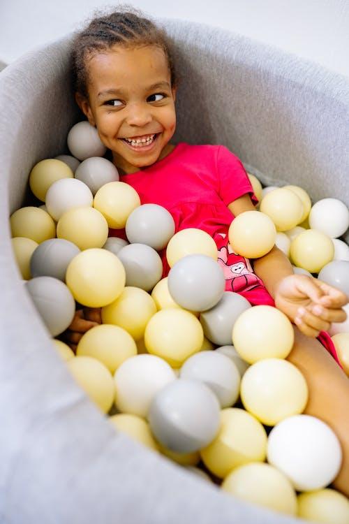 Бесплатное стоковое фото с афро-американская девушка, в помещении, веселье