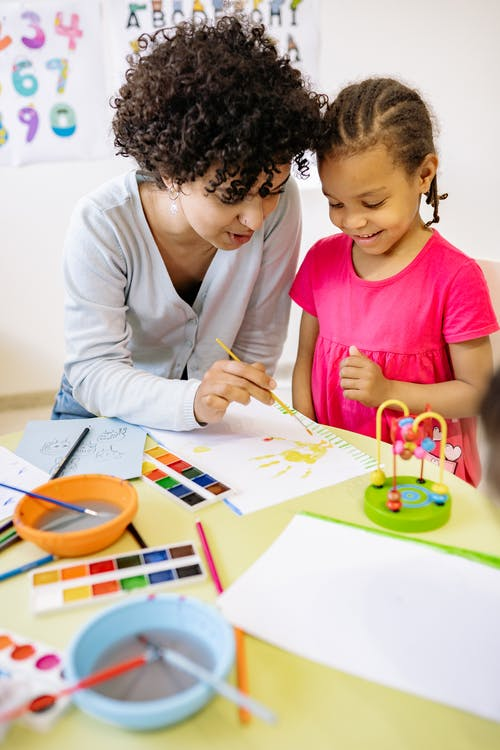Бесплатное стоковое фото с афро-американская девушка, бумага, в помещении