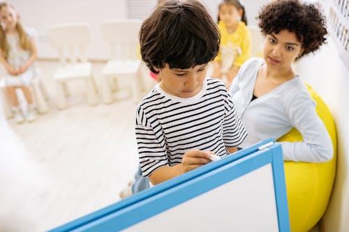 Darmowe zdjęcie z galerii z dziecko, edukacja, kobieta