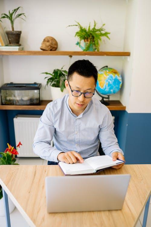 Fotobanka sbezplatnými fotkami na tému Ázijčan, čítanie, kniha
