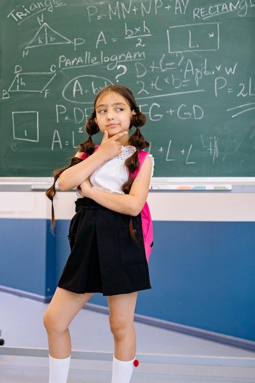Fotobanka sbezplatnými fotkami na tému čierna sukňa, dievča, kaukazský dievča
