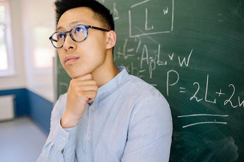 Kostenloses Stock Foto zu asiatischer mann, betrachtung, blaue lange ärmel