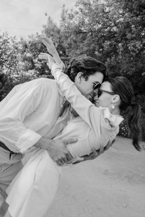 Foto d'estoc gratuïta de a l'aire lliure, abraçada, abraçar