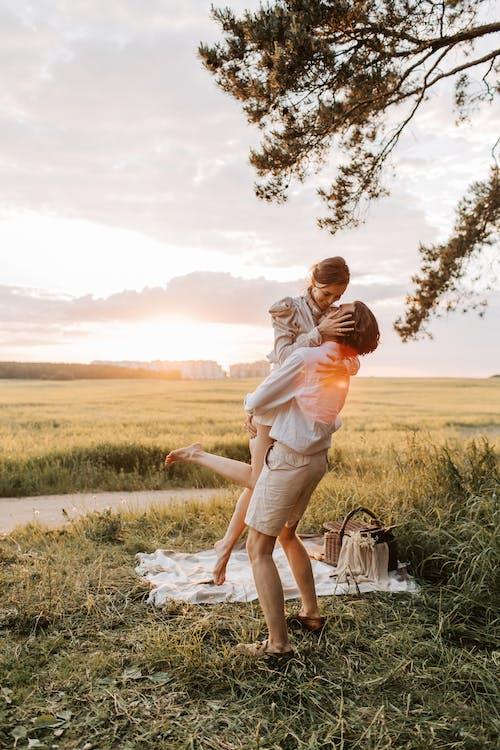 Foto d'estoc gratuïta de a l'aire lliure, amor, camp