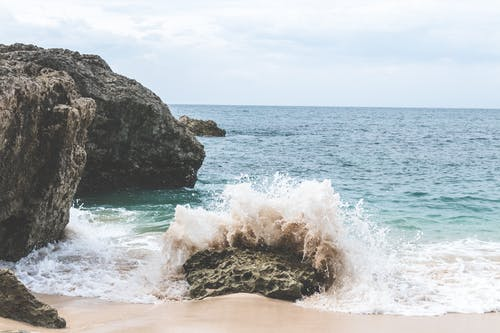 Immagine gratuita di acqua, bagnasciuga, litorale, luce del giorno