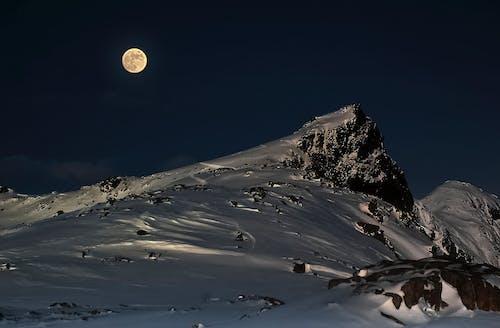 Foto profissional grátis de lua cheia, montanha coberta de neve, montanha nevada