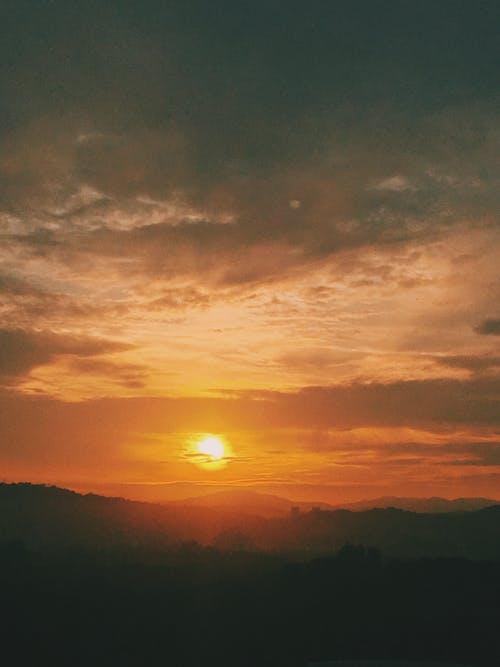 Gratis lagerfoto af bjerge, gylden time, lodret skud