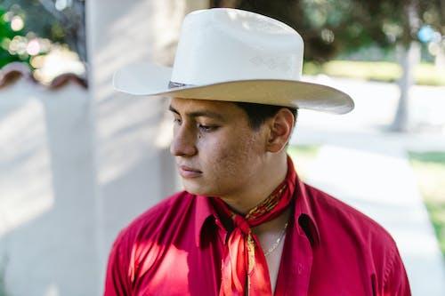 Kostenloses Stock Foto zu cowboy-hut, draußen, fashion