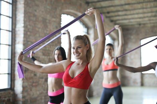 Tres mujeres haciendo ejercicios