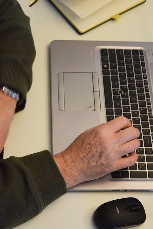 Fotos de stock gratuitas de escritorio, hp, manos, masculino