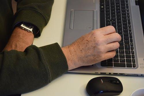 Fotos de stock gratuitas de escribir a máquina, escritorio, hp, manos