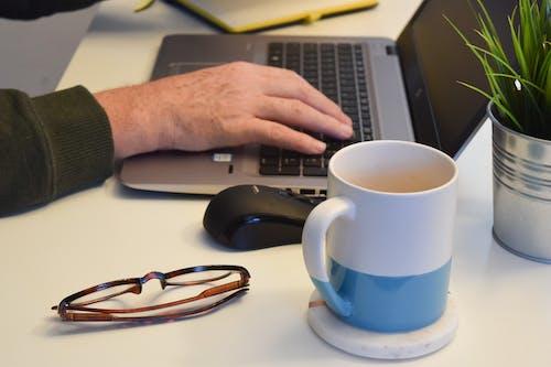 Fotos de stock gratuitas de café, copa, escribir a máquina, escritorio