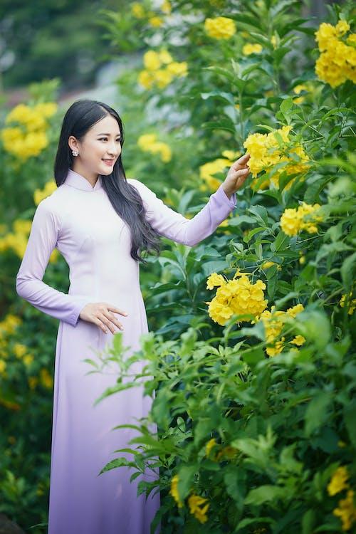 Asyalı, Beyaz elbise, bitki örtüsü içeren Ücretsiz stok fotoğraf