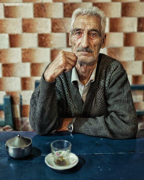 Kostenloses Stock Foto zu älterer herr, graue haare, in die kamera schauen