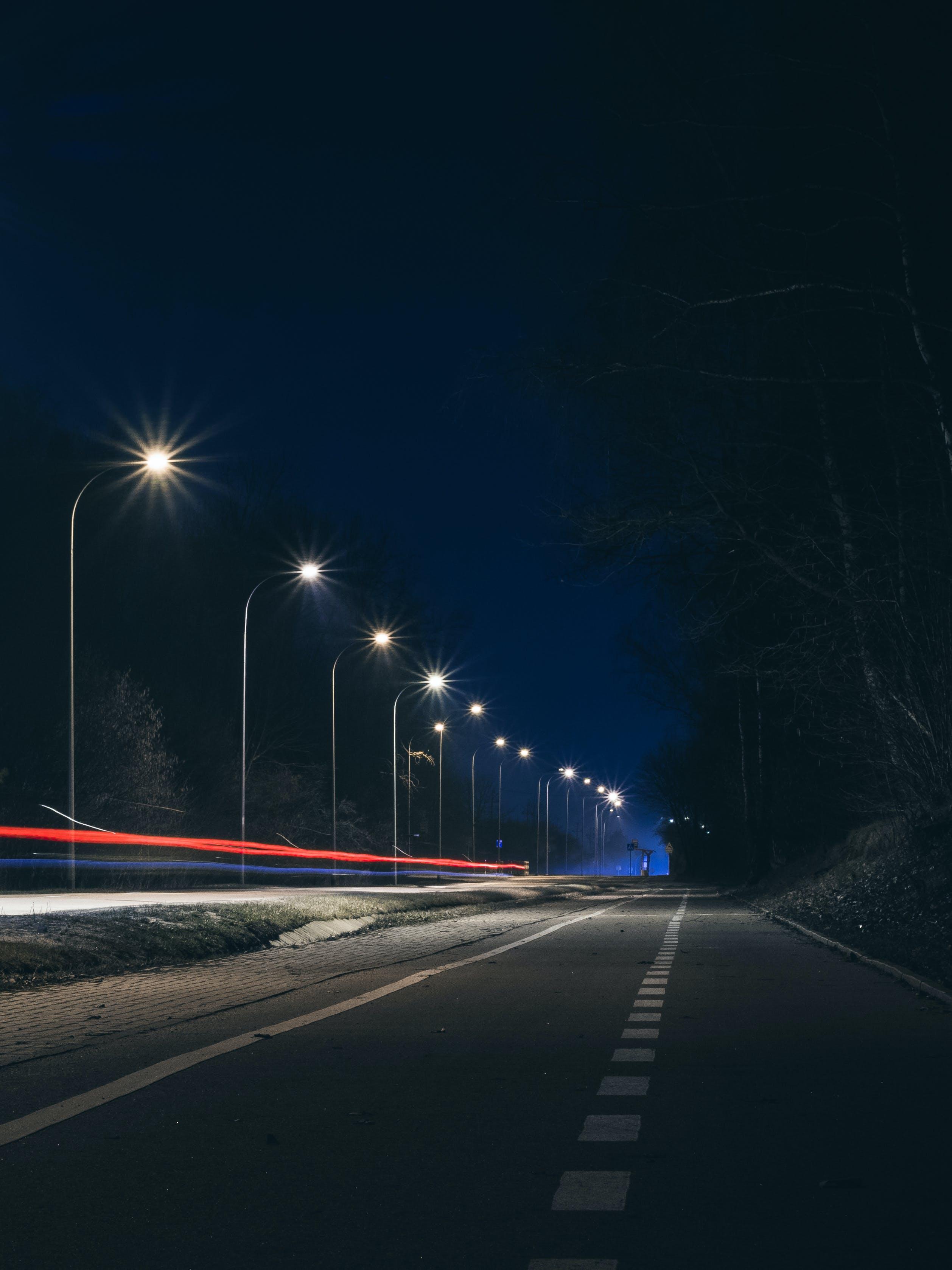 asfalt, gece, ışıklar, karanlık içeren Ücretsiz stok fotoğraf