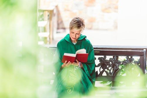 Foto stok gratis cassock, duduk, membaca
