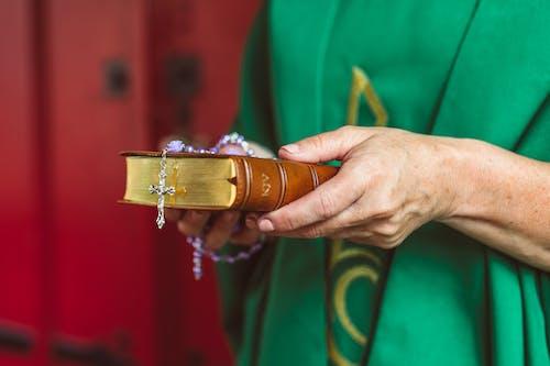 Kostenloses Stock Foto zu bibel, hände, katholisch