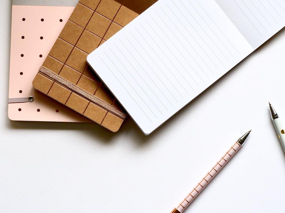 biurko, długopisy, notatnik