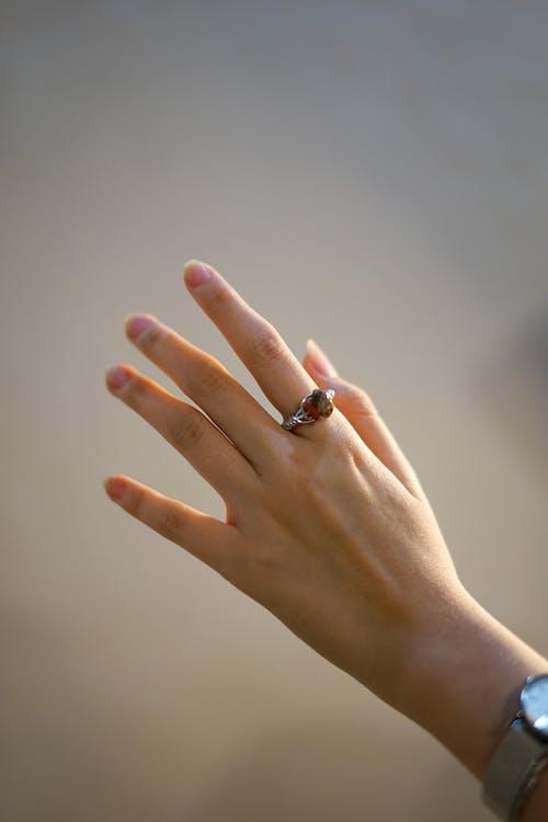 Kostnadsfri bild av ädelsten, kvinna hand, ringa