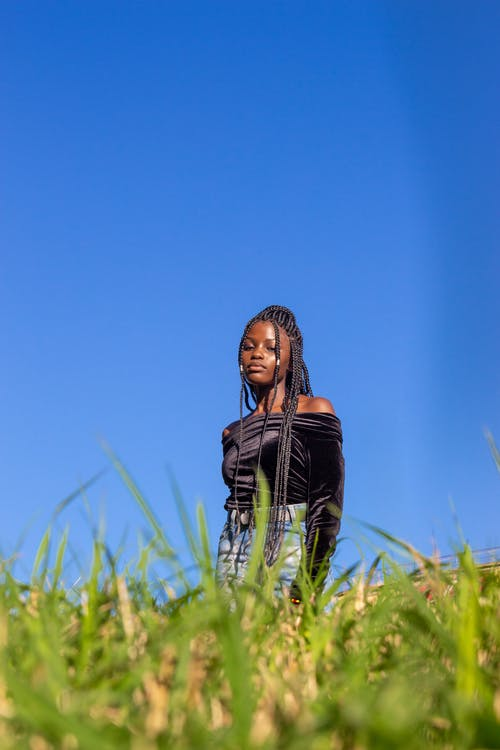 Photos gratuites de ciel bleu clair, debout, femme noire