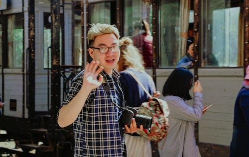 adam, aşındırmak, asyalı adam, el sallamak içeren Ücretsiz stok fotoğraf