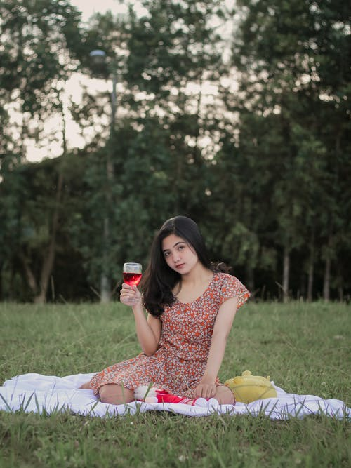 アジアの女性, カメラを見て, ピクニックの無料の写真素材