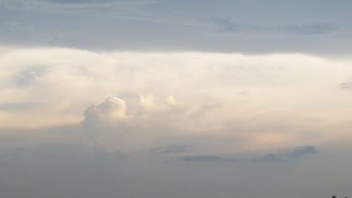 Fotobanka sbezplatnými fotkami na tému mrak, obloha, obloha pokrytá oblakmi, tmavo modrá obloha
