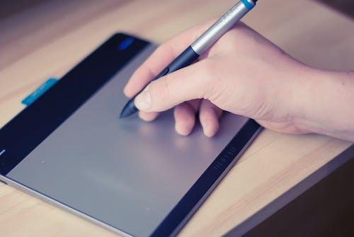 Kostenloses Stock Foto zu berühren, handschrift, stift, tablet