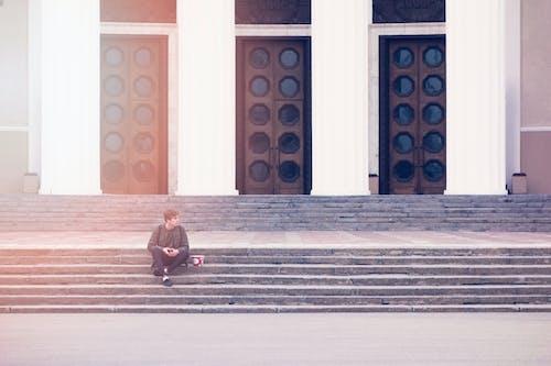ドア, ミニマリスト, 人, 座っているの無料の写真素材