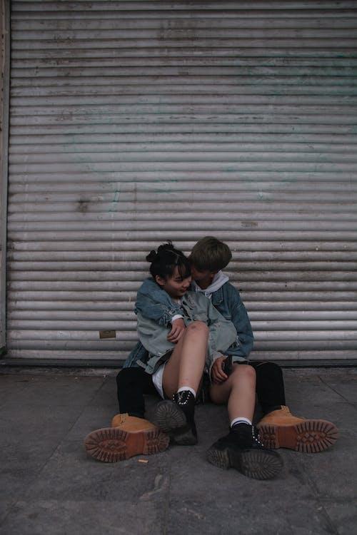 Fotobanka sbezplatnými fotkami na tému bozkávanie, chlapec, chodník, denné svetlo