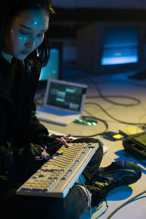 Foto stok gratis bisnis, coding, cyberpunk