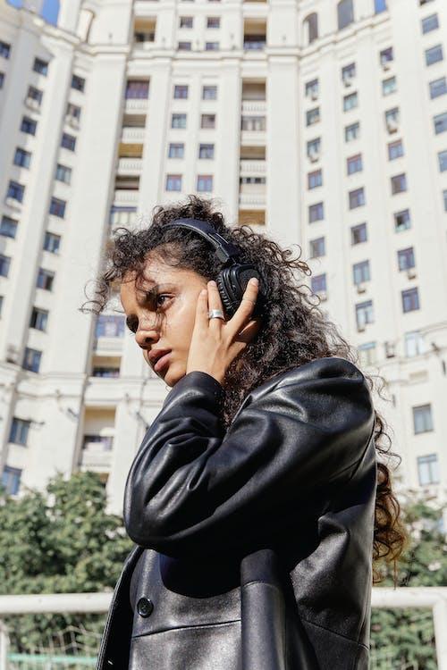 Foto d'estoc gratuïta de auriculars, dona, dona índia