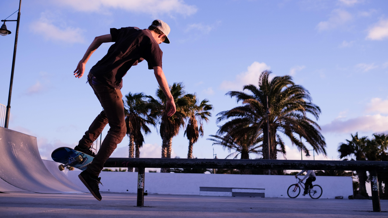 Kostenloses Stock Foto zu lebensstil, park, rollschuhläufer, skateboard