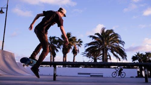 Mann, Der Tagsüber Skateboard Spielt