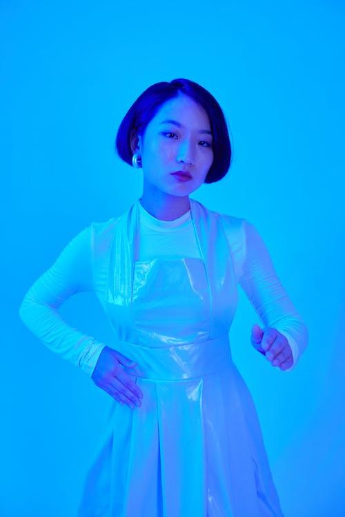 Kostenloses Stock Foto zu asiatische frau, begrifflich, blauem hintergrund