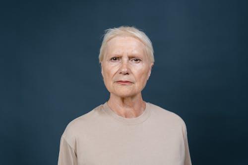 Fotobanka sbezplatnými fotkami na tému blond vlasy, modré pozadie, pri pohľade na fotoaparát
