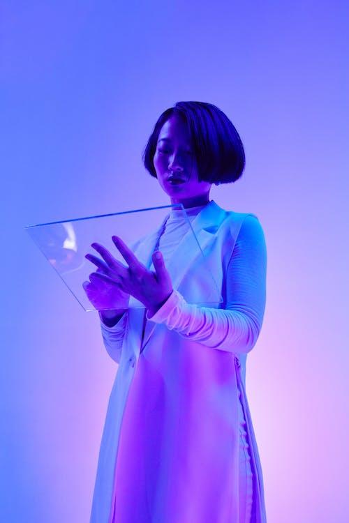 Gratis stockfoto met aanraken, Aziatische vrouw, blauw licht