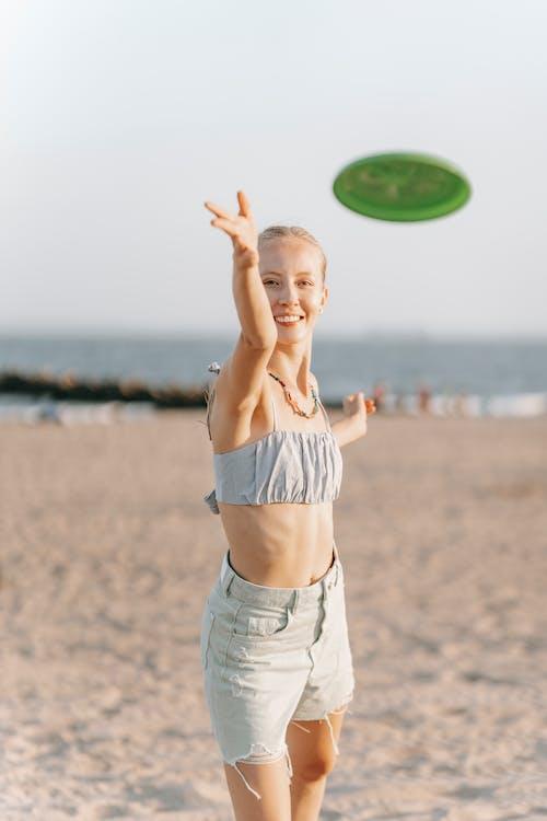 セレクティブフォーカス, ビーチで, フリスビーの無料の写真素材