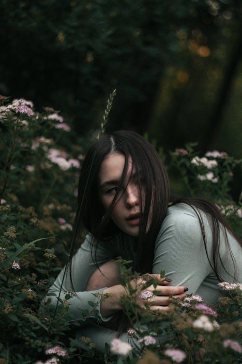Безкоштовне стокове фото на тему «брюнетка, дерево, Дівчина»