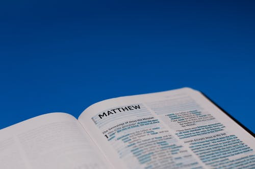 Kostenloses Stock Foto zu bibel, blaue oberfläche, buch