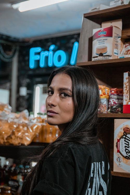Gratis lagerfoto af butik, kvinde, latinamerikansk kvinde