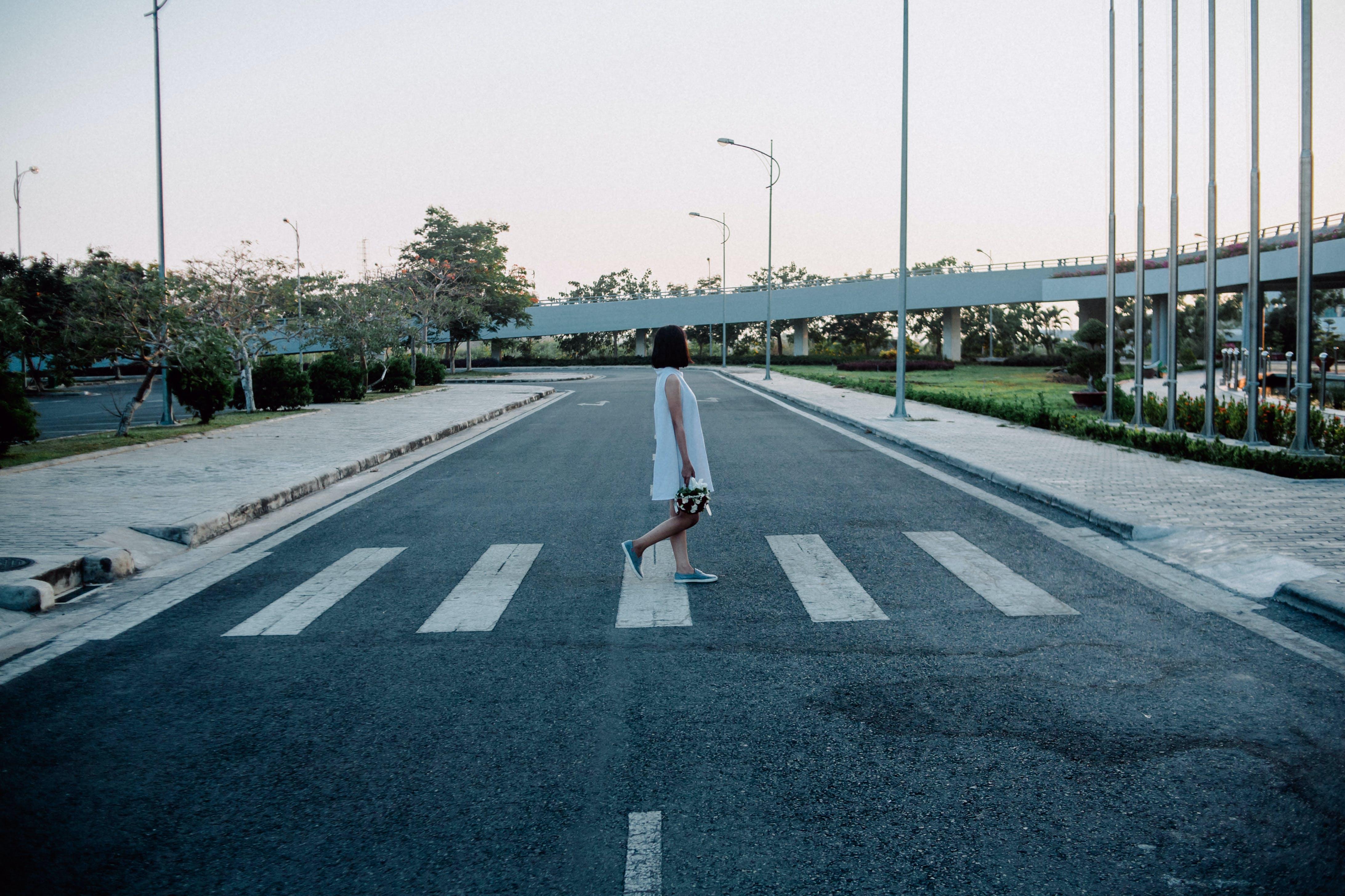 Kostenloses Stock Foto zu frau, fußgängerübergang, gehen, mädchen