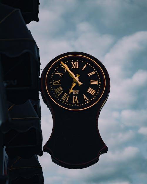 Black Analog Clock at 10 00