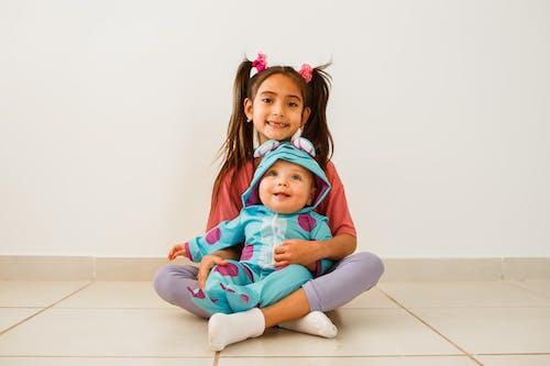 Kostenloses Stock Foto zu baby, drinnen, familie