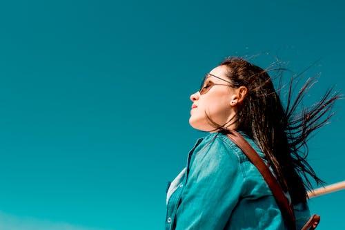 Darmowe zdjęcie z galerii z błękitne niebo, dorosły, dżins, fryzura