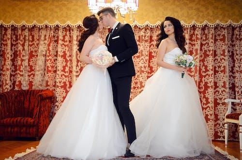 Kostenloses Stock Foto zu anzug, braut, bräutigam, drinnen