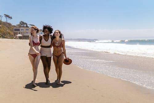 Darmowe zdjęcie z galerii z bikini, chodzenie, czas wolny