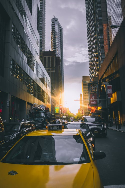 Ilmainen kuvapankkikuva tunnisteilla arkkitehtuuri, auringonlasku, autot, katu